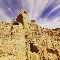 Ejemplos de Badlands hay muchos. Pero son solo unas pocas las 'tierras baldías' que ofrecen escenarios de belleza plástica insuperable. En nuestro país se llevan la fama, las fotos y los turistas el fílmico y espectacular Desierto de Tabernas y las fotogénicas y mediáticas Bárdenas Reales... of course. Pero hay un rincón de Los Monegros, tan fascinante como el propio desierto en el que se encuentra... . . . #aguaralesdevalpalmas #valpamas #laspedrosas #piedratajada #monlora #monegros #losmonegros #desiertodelosmonegros #trial #offroad #motorutas #badlands #badland