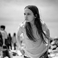 """#dinosaurjr #greenmind #album #cover La fotografía de la portada,Priscilla, realizada por Joseph Szabo (1944. Toledo, Ohio). en 1969; incluida en su libroAlmost Grown. ☆ 'Priscilla fue uno de esos regalos que da la vida una de las primeras veces que fui a Jones Beach. No sé si conoces Jones Beach en Nueva York, pero es una playa realmente grande que se extiende por millas a lo largo de la costa sur. Alguien dijo: """"Si te gusta fotografiar personas, ve a Jones Beach"""". Así que fui allí con mi cámara, y en ese día en particular, cuando pisé la playa, allí estaba ella, a no más de diez pies de distancia. Sabía que tenía que colocar la cámara y disparar lo más rápido posible. En realidad, solo obtuve dos disparos, y fui a verificar dos veces que tenía la apertura y la velocidad de obturación correctas para la playa, y cuando miré hacia arriba, ella se había ido, completamente desaparecida. No estaba en la playa, no estaba en el malecón. Ella era verdaderamente una chica misteriosa'."""