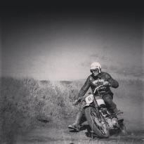Bud Ekins...o el responsable de hacer bailar al Mustang Fastback del 68 en 'Bullitt' y saltar la alambrada a lomos de una Triumph TR6 Trophy (modificada para que pareciese una BMW de la Wehrmacht) en 'The Great Escape'.  . . . #bullitt #thegreatescape #budekins #stuntman