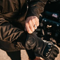 Belstaff Sprite. Unos guantes para motocicleta de elegante diseño, confeccionados en piel de cabra y fibras de aramida - con protecciones en los nudillos - para una mayor resistencia y funcionalidad. . . . #guantesmoto #belstaff #belstaffsprite #speedshop #zaragoza