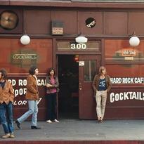 El Hard Rock Cafe original, al que los Doors acudieron a tomar unas cervezas tras realizar unas furtivas fotografías para la portada de su próximo disco en el albergue Morrison Hotel. Estas capturas sirvieron para la contraportada del album... y para que alguien desde Londres pidiera por teléfono usar el nombre Hard Rock Cafe para la que hoy es una de las franquicias de restaurantes más conocidas del planeta 📸 Henry Diltz, 1969.