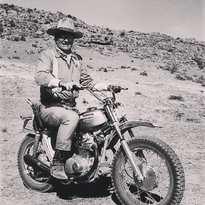 John Wayne en el set del western Big Jake (1971) a lomos de... una Honda 350 SL. . . . #johnwayne #bourbon #desert #honda350sl